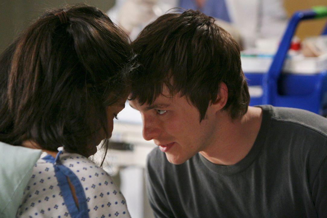 Während ihres Krankenhausaufenthalts haben sich Beth (Jurnee Smollett, l.) und Jeremy (Marshall Allman, r.) kennen und lieben gelernt ... - Bildquelle: Touchstone Television