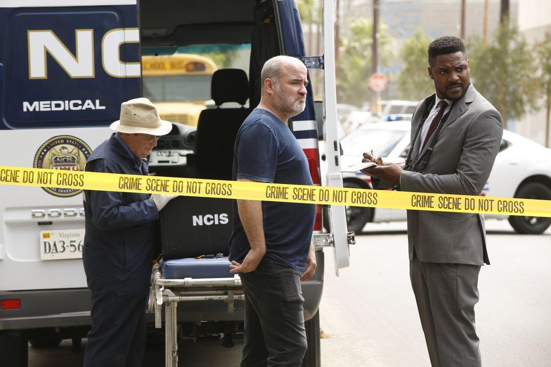 Ein Zeuge berichtet Reeves (Duane Henry, r.) von den Geschehnissen. Doch das Opfer hat die NCIS selbst informiert und wurde während des Anrufs ersch... - Bildquelle: Monty Brinton 2017 CBS Broadcasting, Inc. All Rights Reserved.