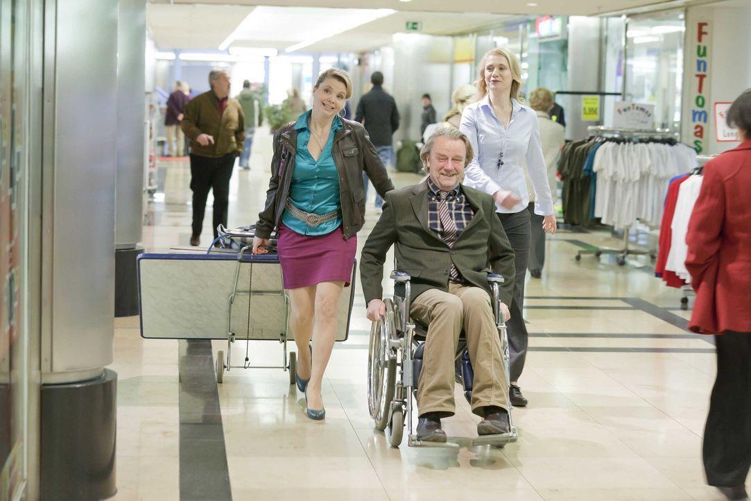 Voller Freude will Danni (Annette Frier, l.) ihre eigene Kanzlei beziehen. Doch als sie mit ihrem Vater Kurt (Axel Siefer, M.) und Frau Bose (Alexan... - Bildquelle: SAT.1