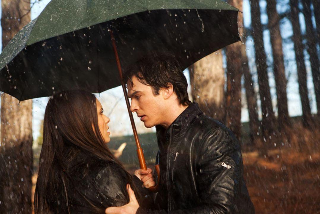 Damon (Ian Somerhalder, r.) will nicht, dass Elena (Nina Dobrev, l.) ihr Leben gefährdet, um Stefan zu retten ... - Bildquelle: Warner Bros. Television