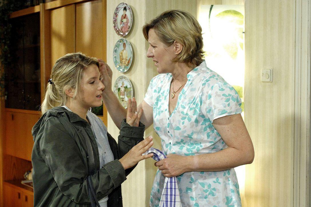 Aufgeregt berichtet Anna (Jeanette Biedermann, l.) ihrer Mutter (Heike Jonca, r.), dass sie von einem Unbekannten gerettet wurde. - Bildquelle: Oliver Ziebe Sat.1