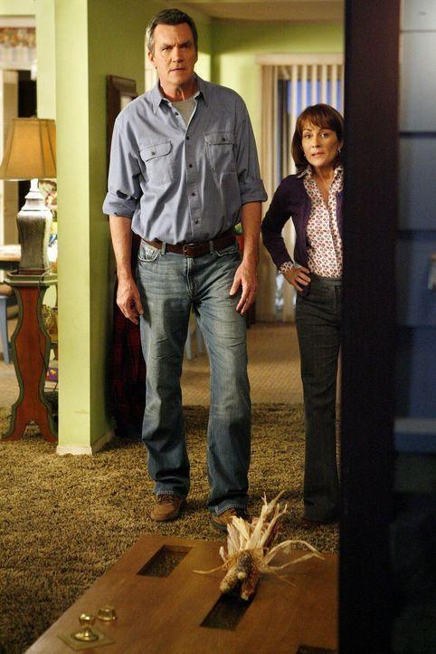 Eigentlich ist es Mikes (Neil Flynn, l.) Schuld, dass Axl die Haustür aus den Angeln hebt, doch Frankie (Patricia Heaton, r.) macht ihren Sohn dafür... - Bildquelle: Warner Brothers