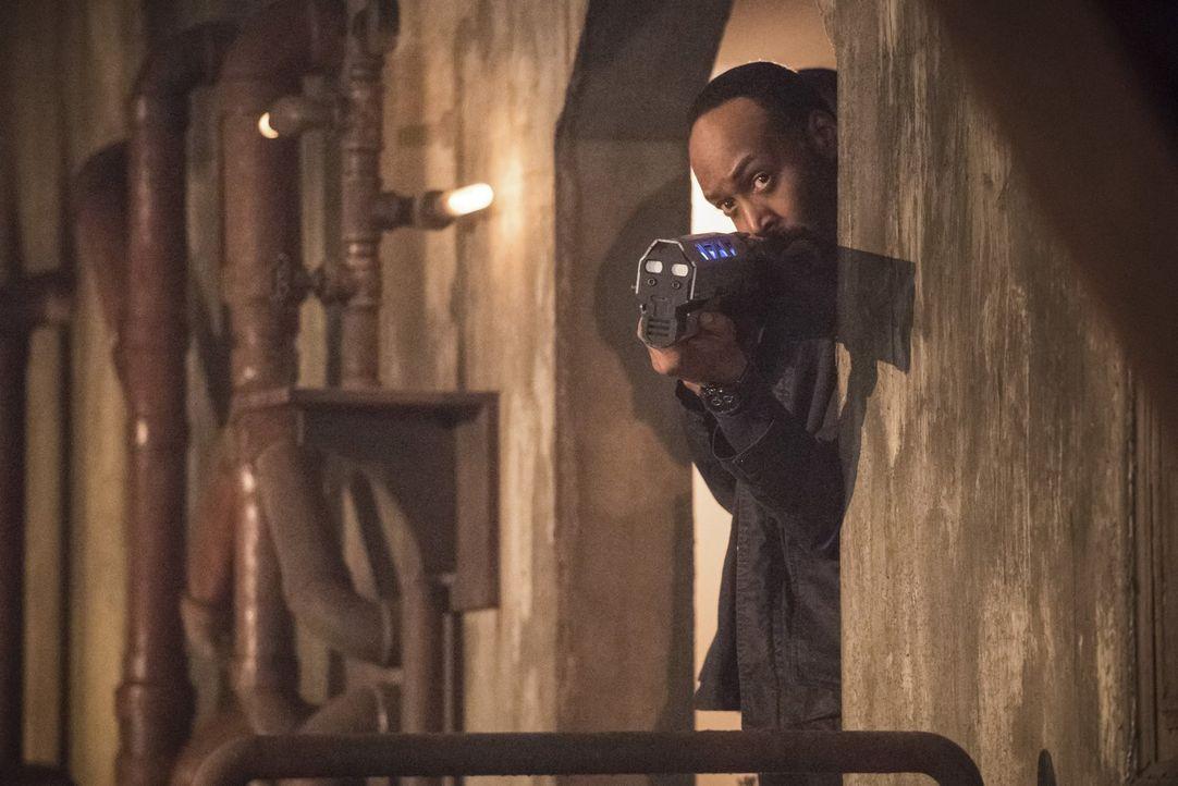Noch glaubt Joe (Jesse L. Martin), dass er seinen Sohn beschützen und gleichzeitig mit dem Team zusammen Doctor Alchemy fassen kann ... - Bildquelle: 2016 Warner Bros.