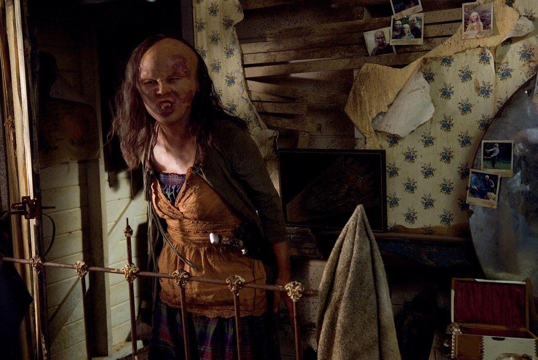 Die durch Inzest missgebildeten, kannibalischen Kreaturen (Rorelee Tio) beginnen auf die Kandidaten der Fernsehshow eine blutrünstige Jagd ...