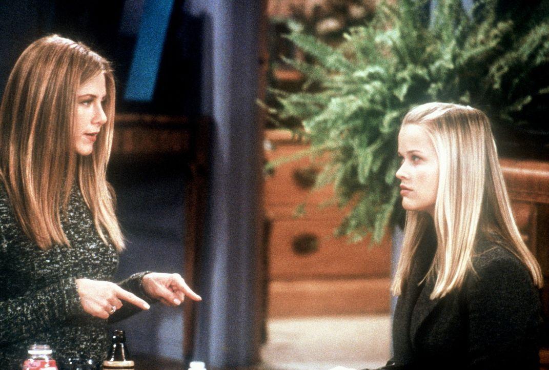 Rachel (Jennifer Aniston, l.) bekommt Besuch von ihrer verwöhnten Schwester Jill (Reese Witherspoon, r.), da der Papa den Geldhahn zugedreht hat. - Bildquelle: TM+  2000 WARNER BROS.