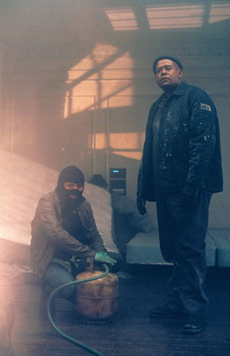 "Raoul (Dwight Yoakam, l.) und Burnham (Forest Whitaker, r.) leiten Gas in den ""Panic Room"" ein, um so Sarah und Meg zum Verlassen des Raumes zu bewe... - Bildquelle: 2003 Sony Pictures Television International. All Rights Reserved"