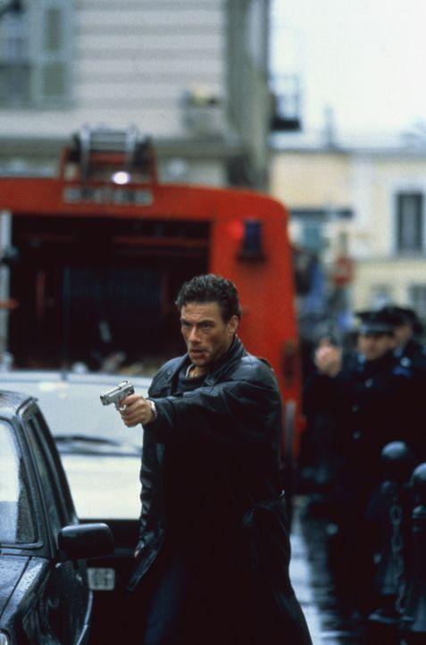 Die Mafia lässt keine Gelegenheit aus, Alain (Jean-Claude Van Damme, M.) aus dem Weg zu räumen, doch der lässt sich nicht so leicht unterkriegen... - Bildquelle: Sony Pictures Television International. All Rights Reserved.