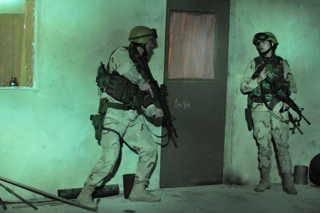 Ihre Aufgabe lautet, den Chemiker Taraki und seine Familie sicher aus Afghanistan zu bringen. Doch dann kommt für die beiden Marines Abby Collins (C... - Bildquelle: 2011 Sony Pictures Television Inc. All Rights Reserved.