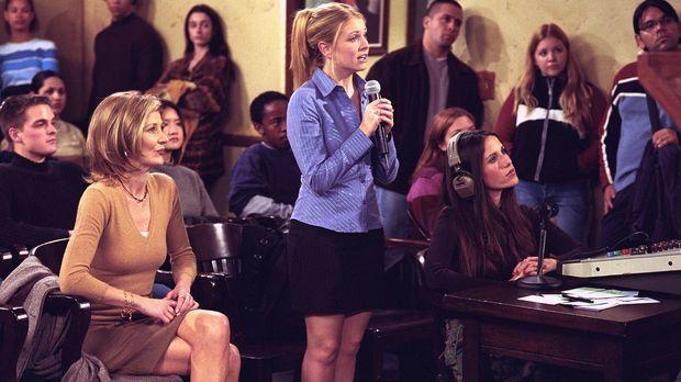 Sabrina (Melissa Joan Hart, M.) und Zelda (Beth Broderick, l.) organisieren e...