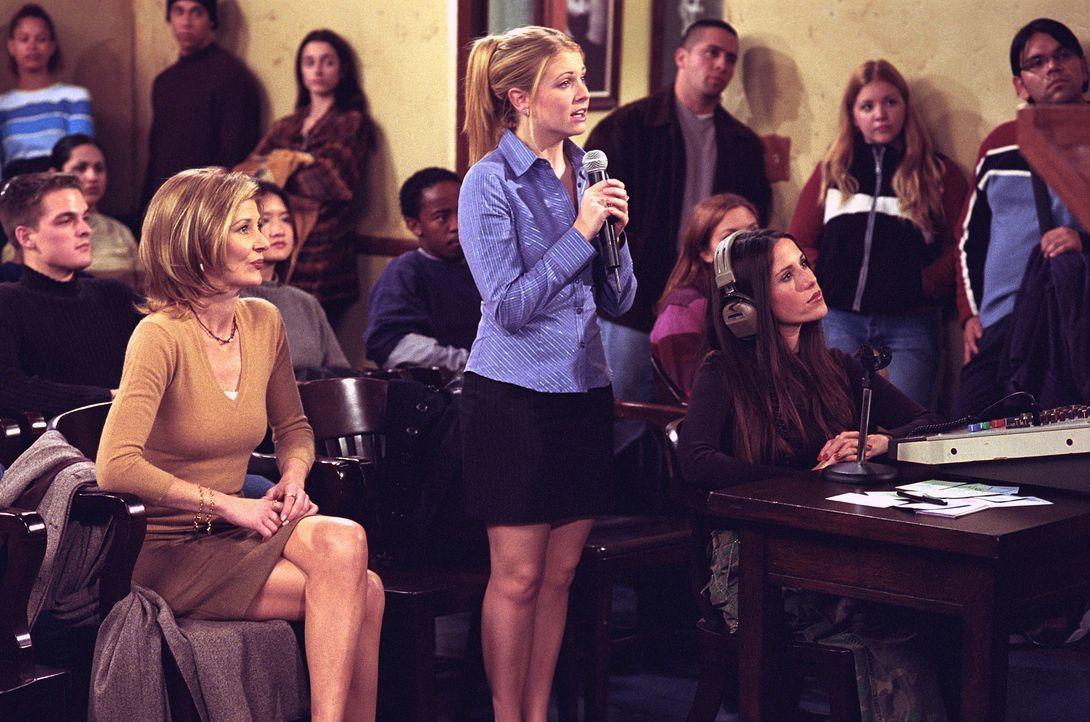 Sabrina (Melissa Joan Hart, M.) und Zelda (Beth Broderick, l.) organisieren eine öffentliche Debatte, die bei Roxies (Soleil Moon Frye, r.) Sender... - Bildquelle: Paramount Pictures