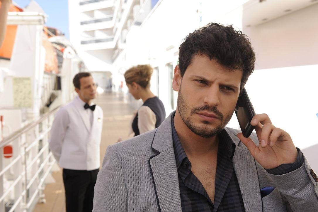 Luca (Manuel Cortez, r.) ahnt noch nicht, dass Nina (Maria Wedig, M.) auch an Bord ist ... - Bildquelle: SAT.1