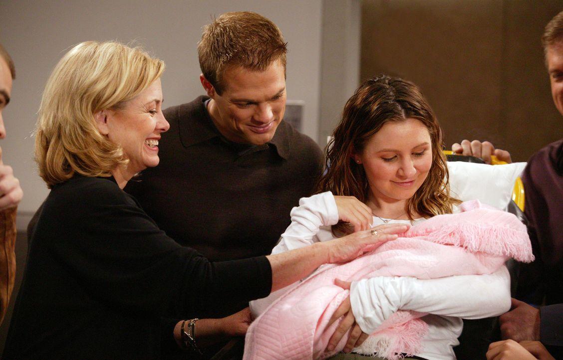 Während eines Einkaufsbummels setzen bei Lucy (Beverley Mitchell, r.) überraschend die Wehen ein. Kevin (George Stults, M.) möchte sie nach der Gebu... - Bildquelle: The WB Television Network