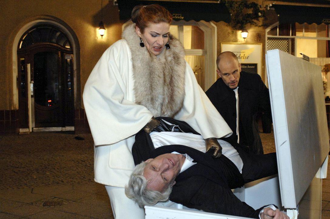 Nachdem Gerrit (Lars Löllmann, r.) seinen Vater erschlagen hat, behält Natascha (Franziska Matthus, l.) einen kühlen Kopf - und beide verfrachten de... - Bildquelle: Oliver Ziebe Sat.1