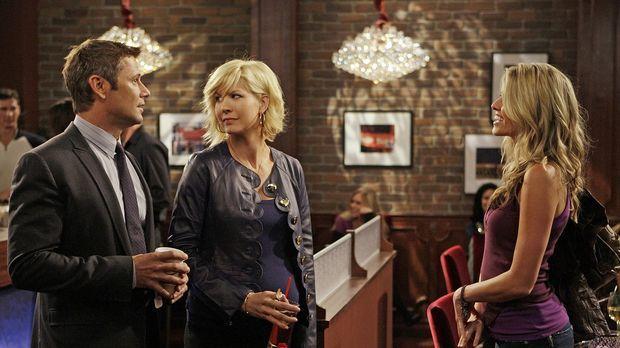 Sasha (Sarah Wright, r.) verfolgt Billie (Jenna Elfman, M.) auf Schritt und T...