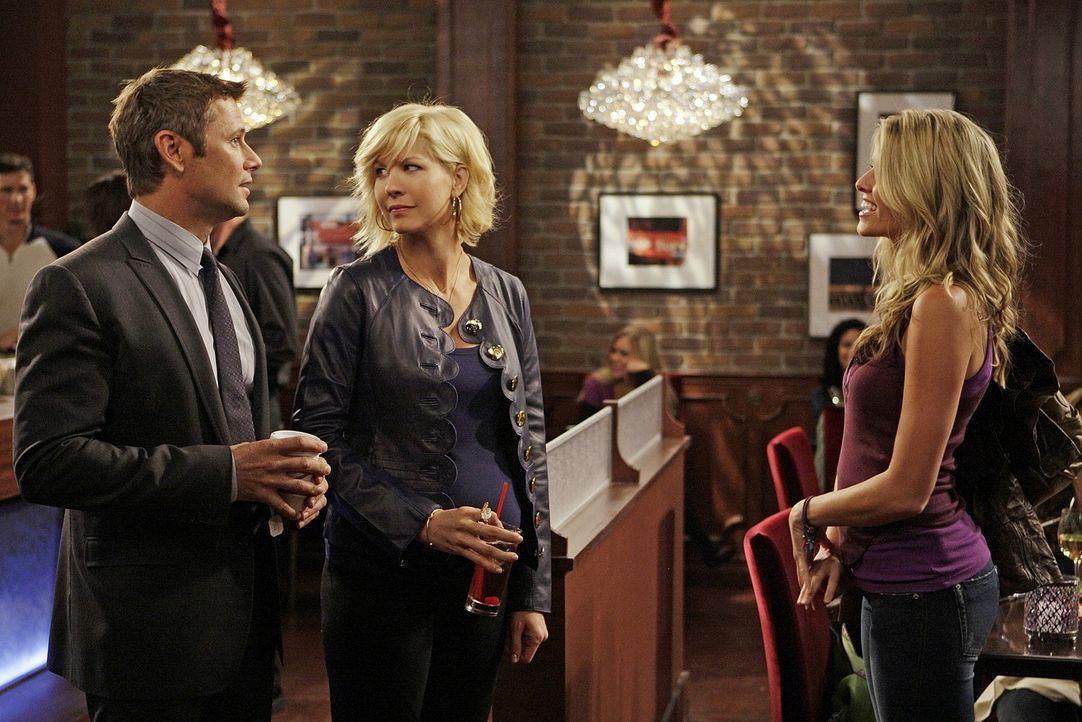 Sasha (Sarah Wright, r.) verfolgt Billie (Jenna Elfman, M.) auf Schritt und Tritt. James (Grant Show, l.) versteht die Welt nicht mehr ... - Bildquelle: 2009 CBS Broadcasting Inc. All Rights Reserved