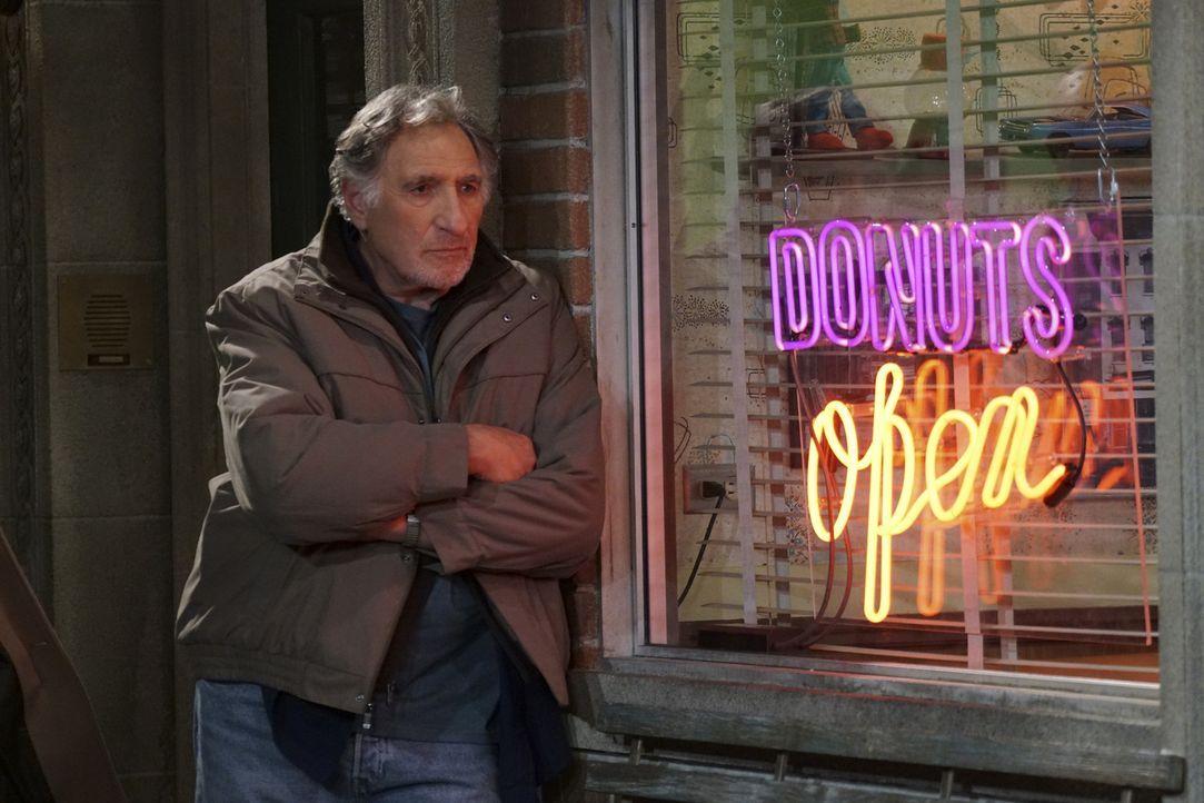 Die ganzen Veränderungen und der Erfolg von Francos neu kreierten Donuts nagen an Arthurs (Judd Hirsch) Ego und stellt die Geschäftsbeziehung zwisch... - Bildquelle: Monty Brinton 2016 CBS Broadcasting, Inc. All Rights Reserved.