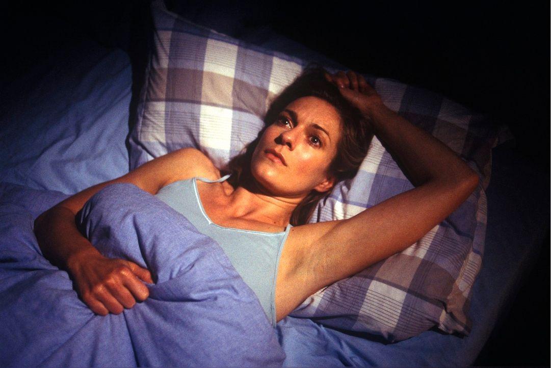 Kate (Lisa Martinek) kann nicht schlafen - in ihren Albträumen erscheint immer wieder der ermordete Nachbar ... - Bildquelle: Kerstin Stelter Sat.1