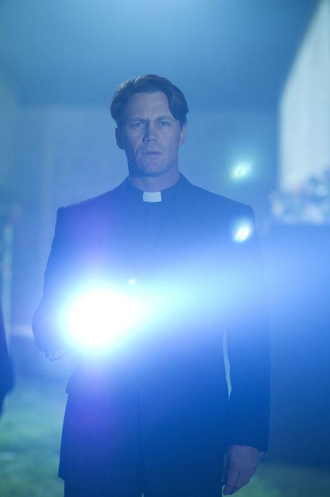 Befürchtet, dass das geheimnisvolle Buch ein Werk des Teufels ist: Pater Mark Mulligan (Brian Krause) ... - Bildquelle: Ed Araquel 2007 Diary Productions Inc.