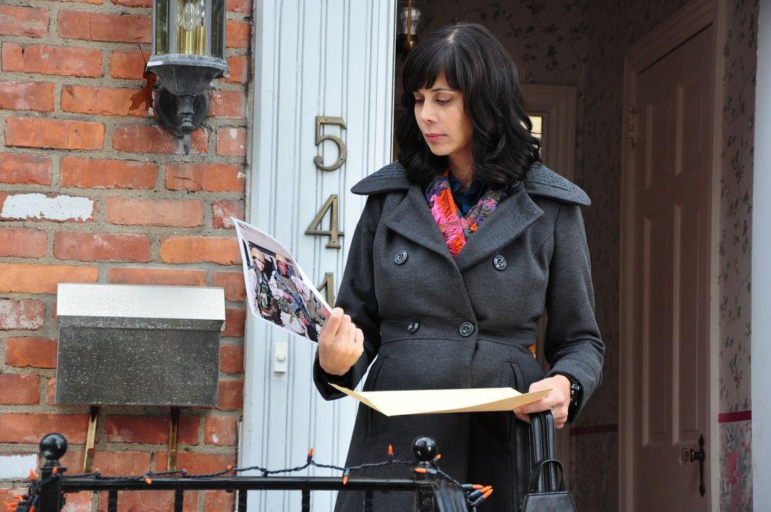 Eines Tages findet die glückliche Vorort-Ehefrau und Mutter, Abby Collins (Catherine Bell), in der Post einen anonymen Hinweis auf ihre Vergangenhei... - Bildquelle: 2011 Sony Pictures Television Inc. All Rights Reserved.