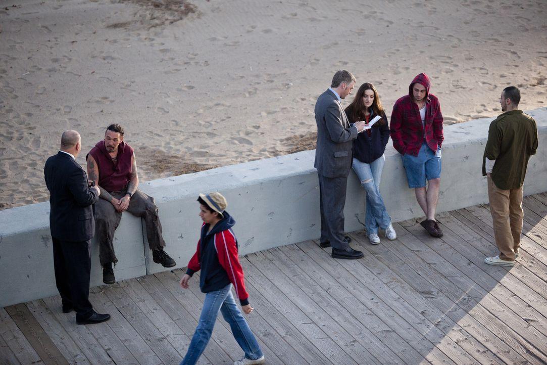 Dem Mörder auf der Spur: Am Ocean Beach in der Nähe von San Diego befragen die Ermittler Passanten, ob sie etwas im Zusammenhang an dem Mord der 18-... - Bildquelle: Darren Goldstein Cineflix 2011