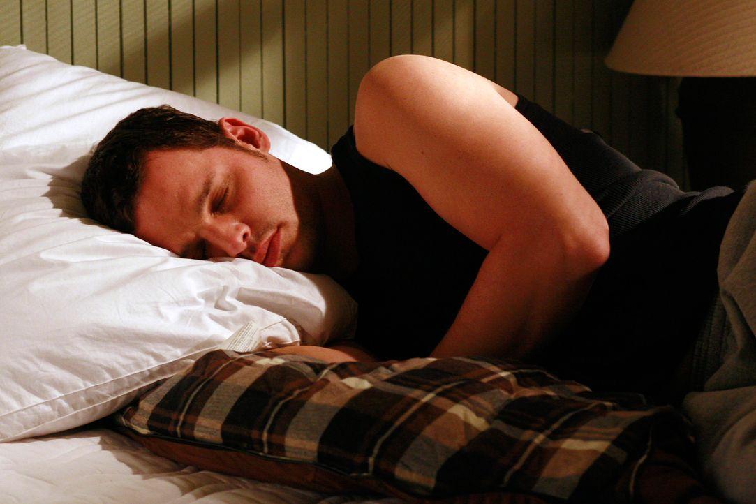 Alex (Justin Chambers) hat das ehemalige Zimmer von George, der jetzt mit Callie in einem Hotel lebt, bezogen und überrascht Izzie eines Morgens im... - Bildquelle: Touchstone Television