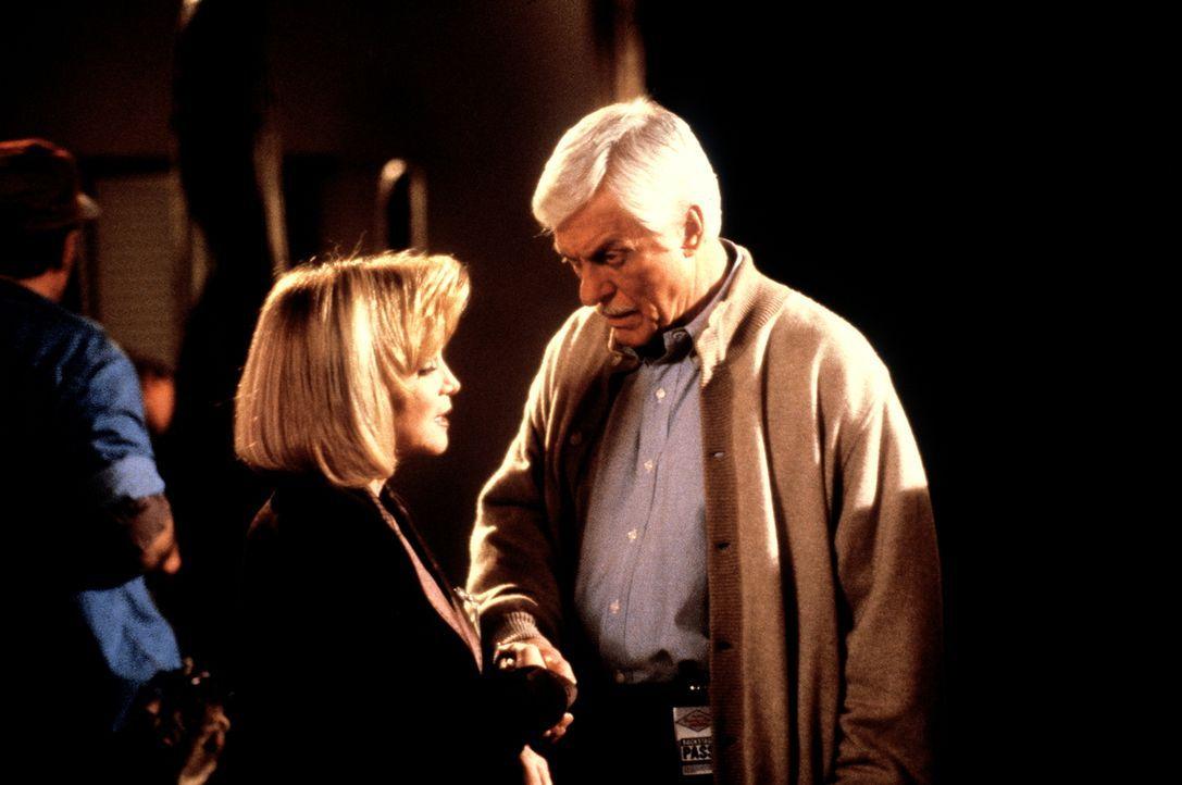 Mark (Dick Van Dyke, r.) verhört die Produzentin Betty Manning (Barbara Mandrell, l.). Während einer Live-Fernsehshow wurde ihr Star Mickey MacShayn... - Bildquelle: Viacom