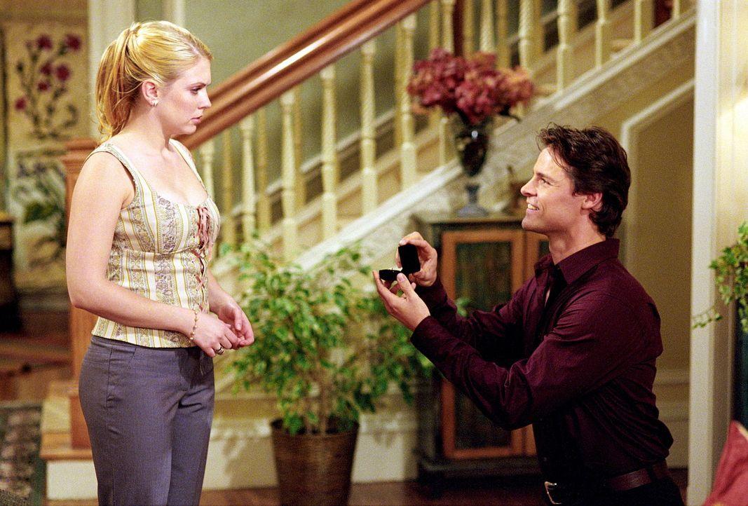 Vor seiner Abreise nach L.A. besucht Aaron (Dylan Neal, r.) Sabrina (Melissa Joan Hart, l.). Diese jedoch denkt, das Treffen sei von den drei Schick... - Bildquelle: Paramount Pictures