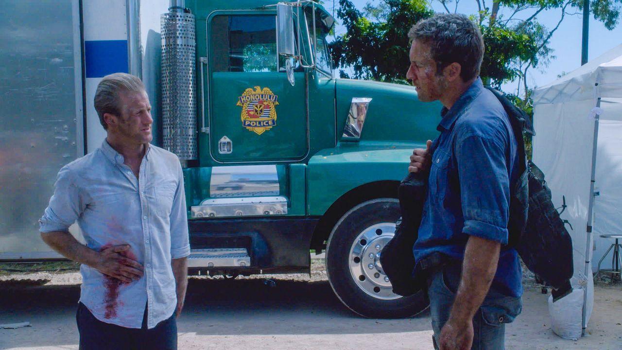 Gehen dem Tipp eines Gefangenen nach und geraten dabei in einen gefährlichen Hinterhalt: Danny (Scott Caan, l.) und Steve (Alex O'Loughlin, r.) ... - Bildquelle: 2013 CBS Broadcasting Inc. All Rights Reserved