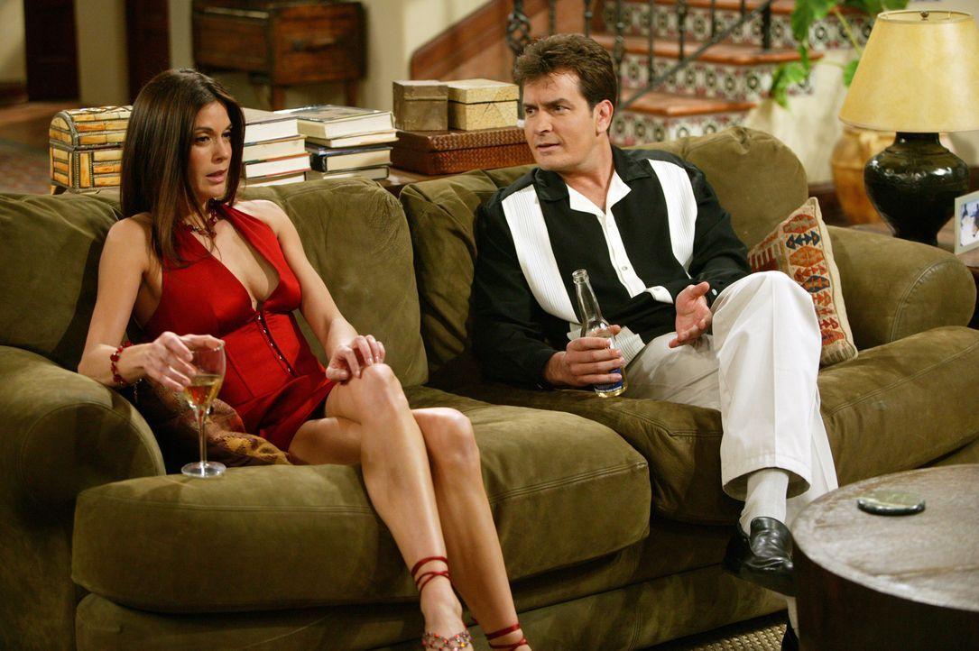 Zu Charlies (Charlie Sheen, r.) Entsetzten kann sich Liz (Teri Hatcher, l.) nicht mehr an den heißen Sex mit ihm erinnern ... - Bildquelle: Warner Bros. Television