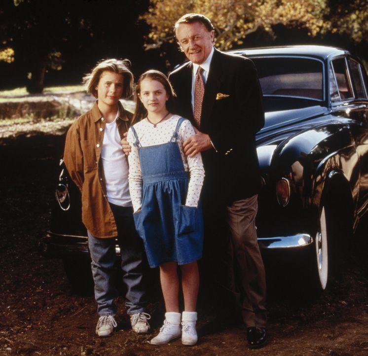 Weil die zwei Waisen Danny (Eric von Detten, l.) und seine Zwillingsschwester Anna (Elizabeth Moss, M.) übersinnliche Fähigkeiten besitzen, werden... - Bildquelle: WALT DISNEY COMPANY