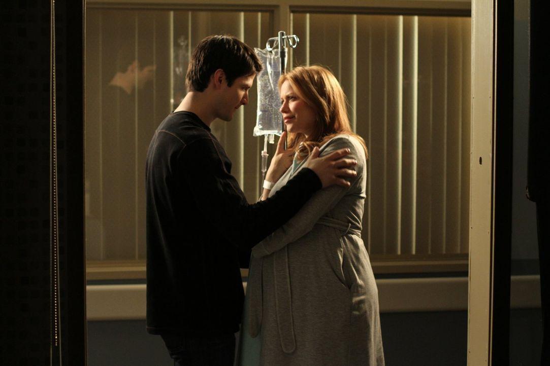 Nathan (James Lafferty, l.) und Haley (Bethany Joy Lenz, r.) warten auf ihr kleines Wunder, während Brooke und Julian einen herben Rückschlag hinneh... - Bildquelle: Warner Bros. Pictures
