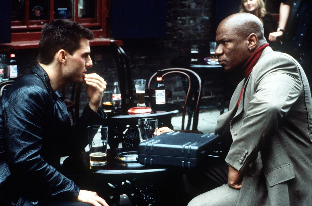 Ethan Hunt (Tom Cruise, l.) will um jeden Preis den Namen des Verräters herausfinden. Glücklicherweise kann er den Ex-Agenten Luther Stickell (Vin... - Bildquelle: Paramount Pictures