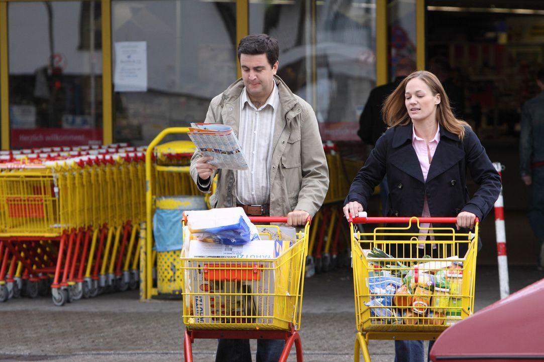Bastians (Bastian Pastewka, l.) TV-Sucht stellt seine Beziehung mit Anne (Sonsee Neu, r.) auf eine harte Probe ... - Bildquelle: Sat.1
