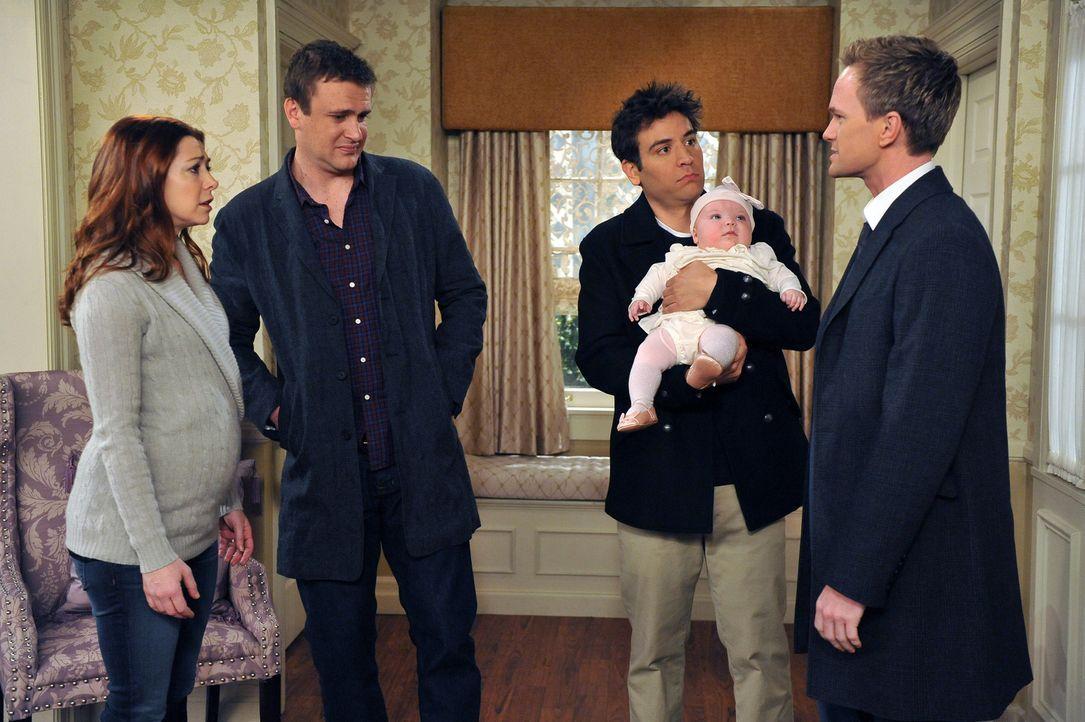 Lily (Alyson Hannigan, l.) und Marshall (Jason Segel, 2.v.l.) schließen nicht ausn nach Long Island zu ziehen, während Barney (Neil Patrick Harris... - Bildquelle: 20th Century Fox International Television