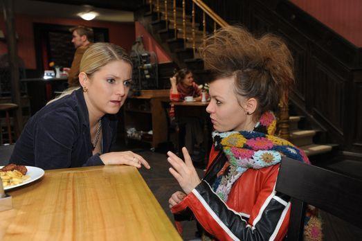 Anna (Jeanette Biedermann, l.) erfährt, dass Paule (Wanda Worch, r.) die Schw...