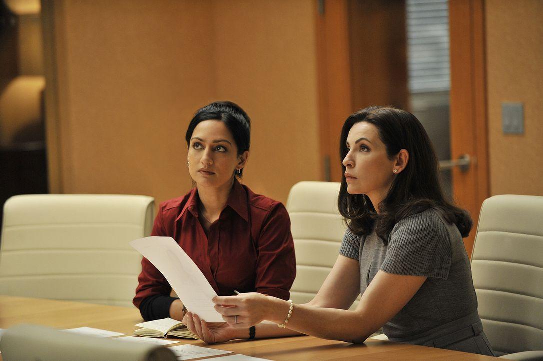 Machen eine schockierende Entdeckung: Alicia (Julianna Margulies, r.) und Kalinda (Archie Panjabi, l.) ... - Bildquelle: CBS Studios Inc. All Rights Reserved.