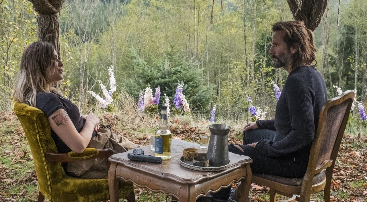 (v.l.n.r.) Diyoza (Ivana Milicevic); Marcus (Henry Ian Cusick) - Bildquelle: Katie Yu 2018 The CW Network, LLC. All rights reserved./Katie Yu