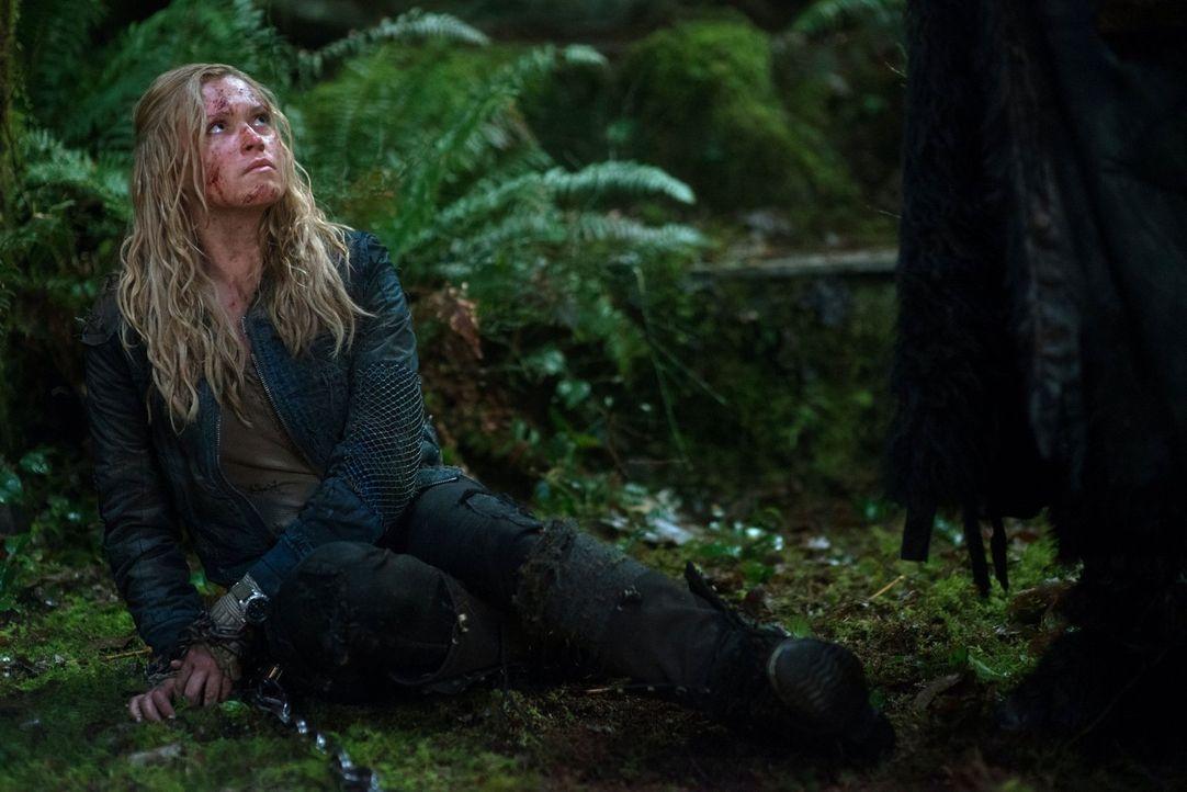 Als Gefangene nützt Clarke (Eliza Taylor) den Erdbewohnern nicht mehr viel. Werden sie Clarke wirklich skrupellos töten? - Bildquelle: Warner Brothers