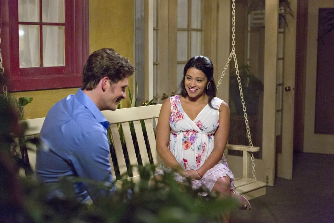 Haben sie doch noch eine gemeinsame Zukunft vor sich? Michael (Brett Dier, l.) und Jane (Gina Rodriguez, r.) ... - Bildquelle: 2014 The CW Network, LLC. All rights reserved.