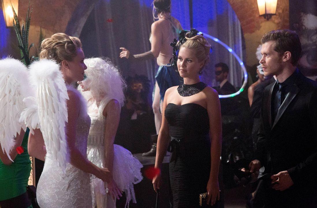 Klaus (Joseph Morgan, r.) und Rebekah (Claire Holt, M.) brauchen Camille (Leah Pipes, l.), um näher an Marcel heranzukommen ... - Bildquelle: Warner Bros. Television