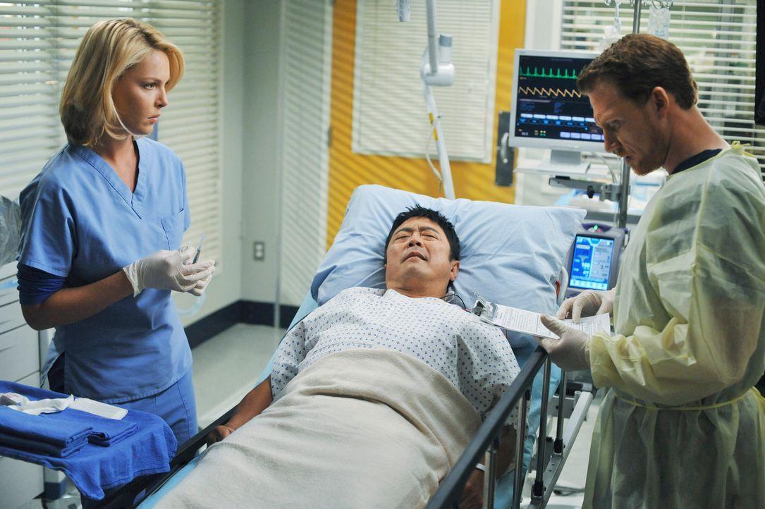 Alex (Justin Chambers, r.) und Izzie (Katherine Heigl, l.) kümmern sich um Charles (Michael Hagiwara, M.), der ins Seattle Grace eingeliefert wurde... - Bildquelle: Touchstone Television