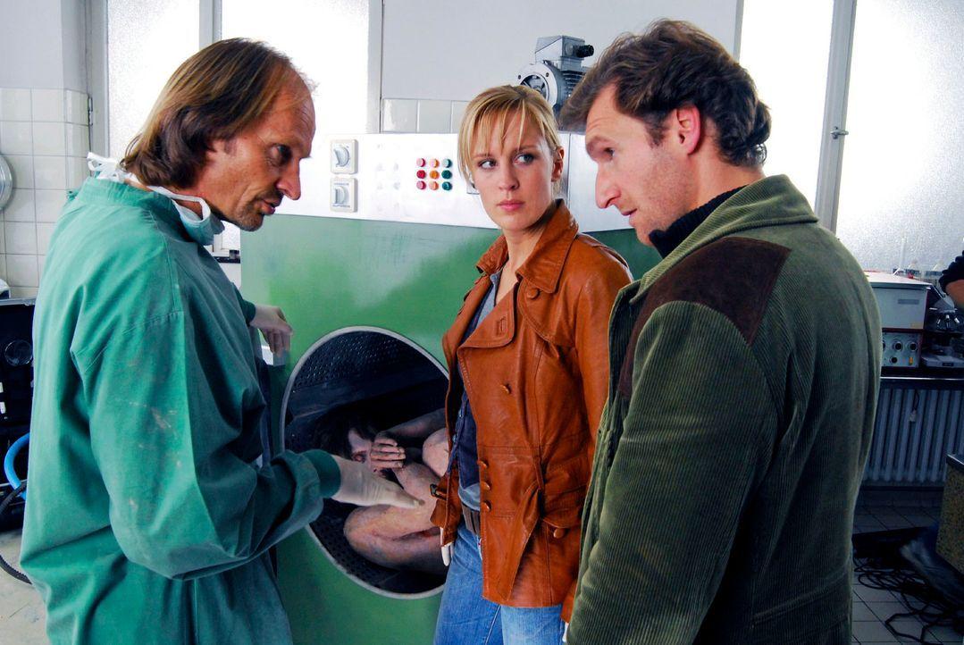 In einem Murnauer Hotel wird eine nackte Leiche gefunden - in der riesigen hoteleigenen Waschmaschine. Dr. Jahn (Eisi Gulp, l.), Mark (Siegfried Ter... - Bildquelle: Hans Seidenabel Sat.1