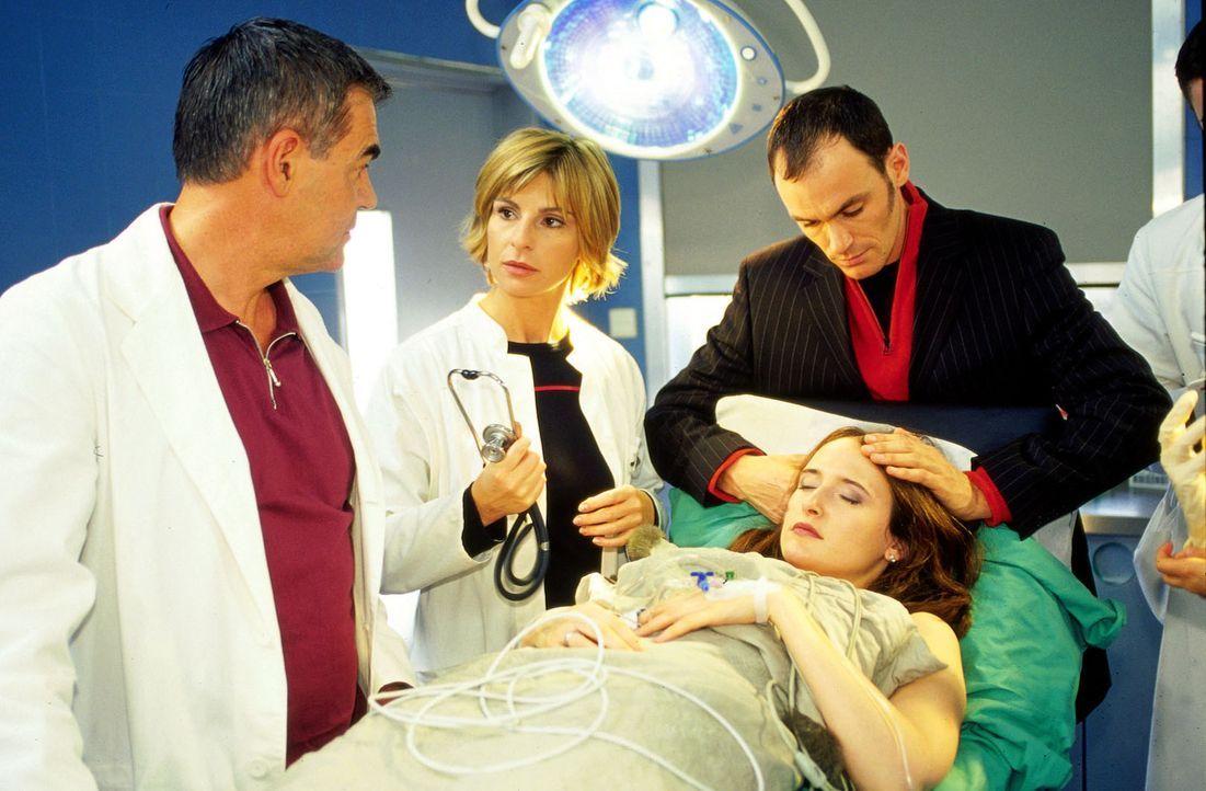 Dr. Bolten (Michael Greiling, l.) und Dr. Sommer (Maria Bachmann, 2.v.li.) sind sich in ihrer Diagnose einig: Die schwangere Nadja Siegl (Deborah Ka... - Bildquelle: Claudius Pflug Sat.1