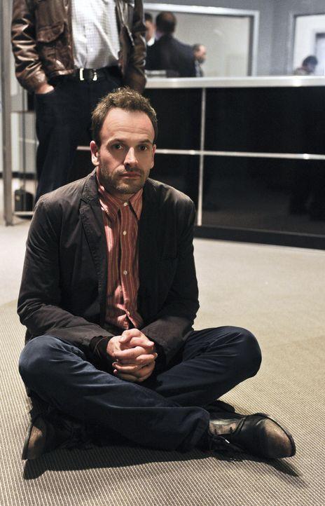 Versucht, einen neuen Fall auf seine Weise zu lösen: Sherlock Holmes (Jonny Lee Miller) ... - Bildquelle: CBS Television
