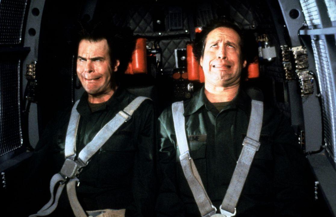 Die beiden Büro-Trottel Austin (Dan Aykroyd, l.) und Emmett (Chevy Chase, r.) wollen unbedingt à la James Bond zum CIA. Obwohl die beiden beim Eignu... - Bildquelle: Warner Bros.