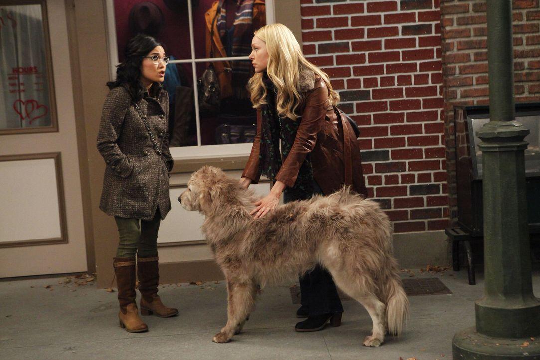 Kurz vor der Hochzeit ist der Verlobte von Nikki verschwunden. Chelsea (Laura Prepon, r.) geht zusammen mit Olivia (Ali Wong, l.) und Dee Dee auf di... - Bildquelle: Warner Brothers