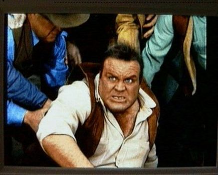 Bonanza - Hoss Cartwright (Dan Blocker) tritt in Virginia City gegen einen Pr...