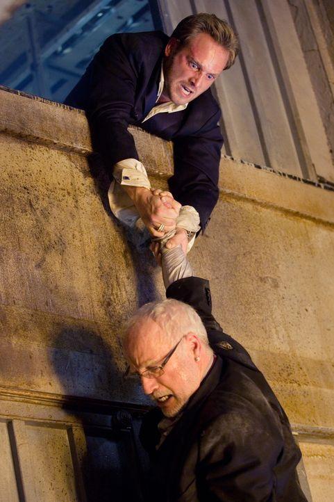 Ein Wettlauf mit der Zeit beginnt: Richard Nelson (Richard Dreyfuss, unten) und Dylan Johns (Josh Lucas, oben) ... - Bildquelle: Warner Brothers International Television Distribution Inc.