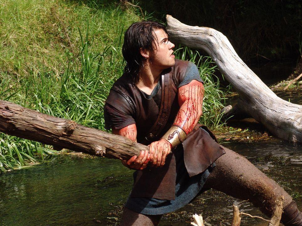 Zunächst versucht Hercules (Paul Telfer) die neunköpfige Wasserschlange Hydra mit einer Keule zu erschlagen, doch sobald er einen Kopf zerschlägt... - Bildquelle: Ken George Hallmark Entertainment
