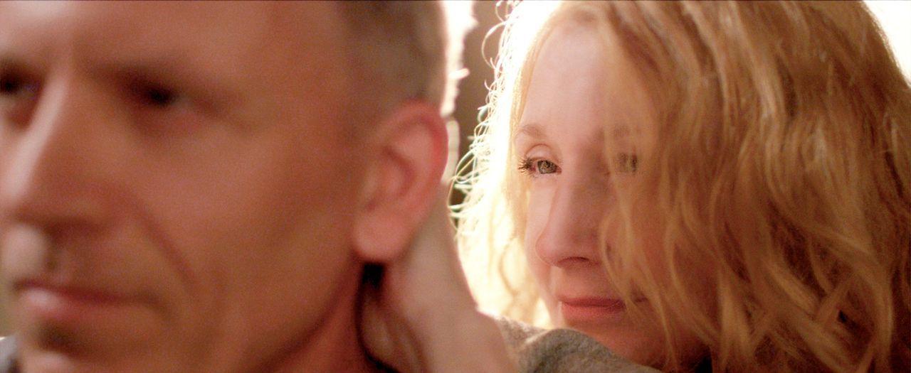 Die Erinnerungen an ihren verstorbenen Ehemann James (Callum Keith Rennie, l.) lassen Helen (Patricia Clarkson, r.) nicht los, doch als ein angescho... - Bildquelle: TiberusFilm